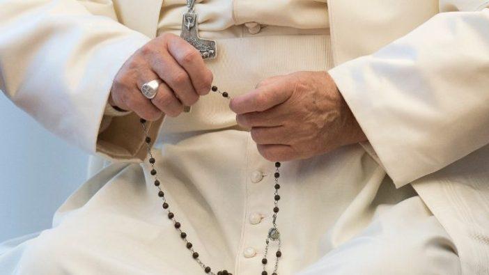 Paus Fransiskus sedang berdoa Rosario (Vatican News)