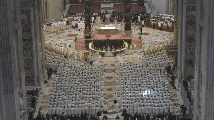 Para imam dalam Misa Krisma 2019 untuk Keuskupan Roma. Karena M isa Krisma tahun ini ditunda, Paus menulis surat kepada imam-imam diosesannya  (Vatican Media)