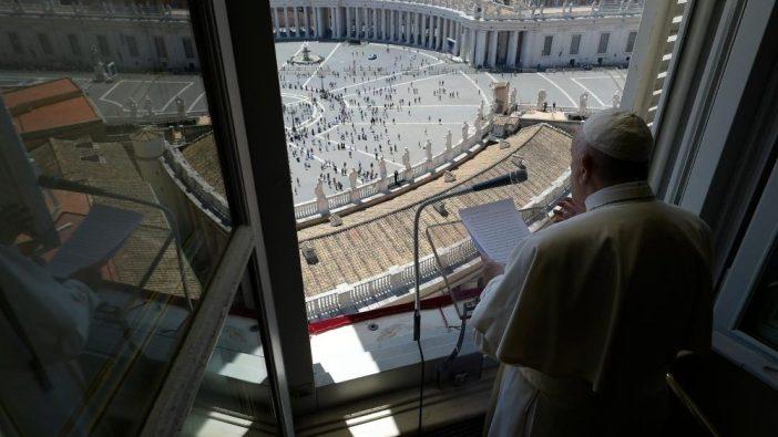 Paus Fransiskus kembali muncul dari jendela ruang kerja di Istana Apostolik. (Vatican Media)