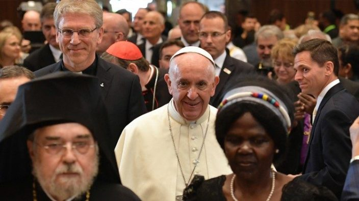 Paus Fransiskus dengan para pemimpin Kristen lain dalam sebuah pertemuan di Pusat Ekumenis Persekutuan Gereja_gereja se-Dunia di Jenewa tahun 2018