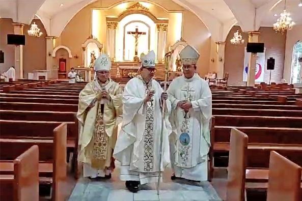 Uskup Charlie Inzon ditahbiskan di katedral kosong 21 Mei 2020, tetapi ditonton secara online oleh keluarga dan teman-teman. HALAMAN FACEBOOK SCREENSHOT/OMI