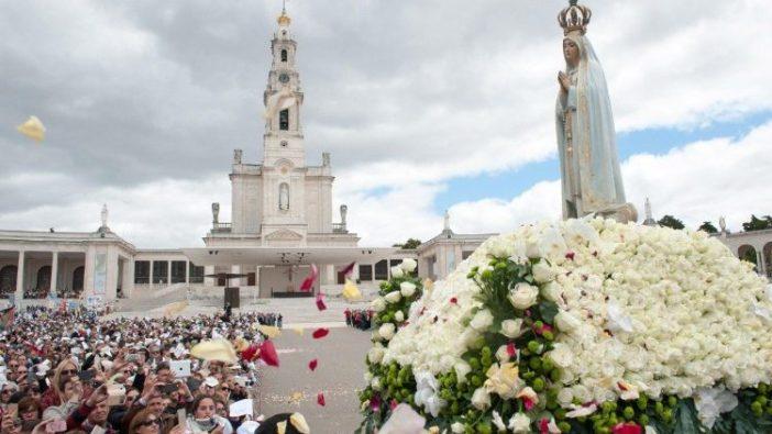 Patung Santa Perawan Maria dari  Fatima dibawa dalam   perarakan  (ANSA)