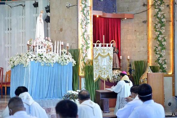 Uskup Malolos Filipina Mgr Dennis Villarojo memimpin konsekrasi nasional negara itu kepada Maria di Tempat Ziarah Nasional Bunda Maria Fatima di Kota Valenzuela, 13 Mei 2020. FOTO DARI NSOLF