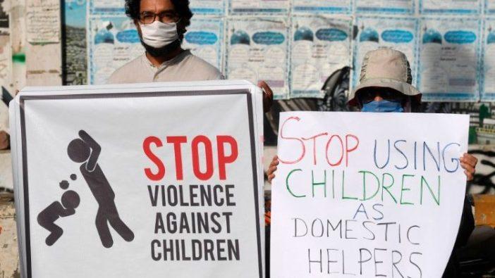 Para aktivis membawa plakat dalam protes di Pakistan (AFP)