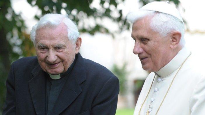 Benediktus XVI (kanan) dengan kakaknya Pastor Georg Ratzinger