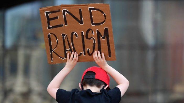 Keluarga-Keluarga berpartisipasi dalam pawai anak-anak dalam solidaritas dengan gerakan Black Lives Matter (AFP)