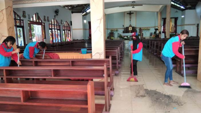 Mahaiswi Muslim melakukan bakti sosial memberishkan gereja paroki (Dok IKIP Muhammadyah Maumere)