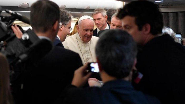 Paus menyapa para wartawan di pesawat yang membawanya ke Thailand (November 2019) (Vatican Media)