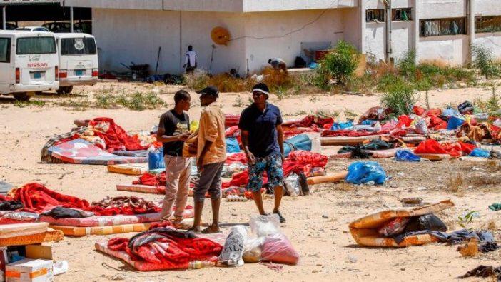 Kaum migran berdiri di luar kamp tahanan di Tripoli Lybia (AFP)