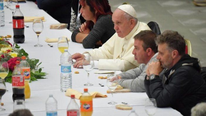 Paus Fransiskus duduk bersama makan siang dengan orang miskin di Aula Paulus VI Vatikan (Vatican Media)