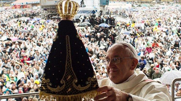 Paus Fransiskus bersama Bunda Kita dari Aparecida di Brazil tahun 2013