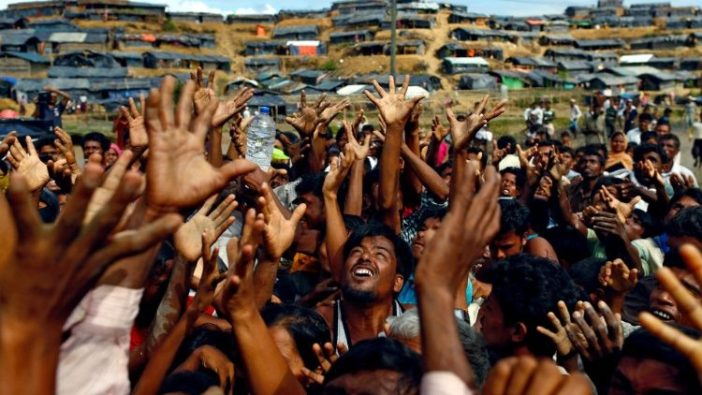 Pengungsi Rohingya di kamp sementara di Cox's Bazar, Bangladesh, sedang menerima bantuan.