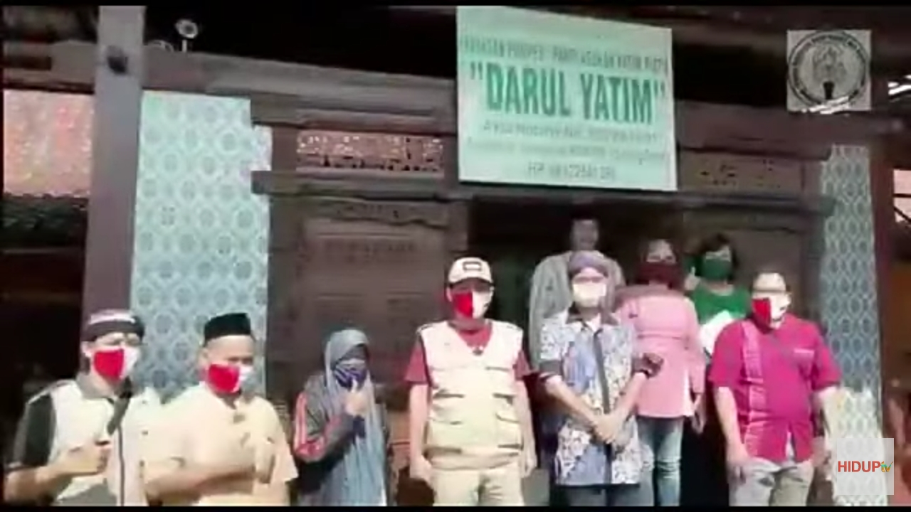 Pastor Didik (paling kanan) bersama rombongan di Panti Asuhan Darul Yatim di Desa Sidogemah, Sayung, Demak