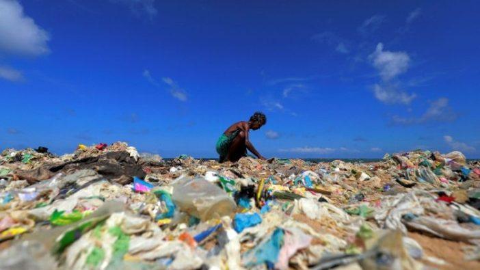 Seorang sukarelawan mengumpulkan sampah di pantai pada Hari Lingkungan Hidup Sedunia, Sri Lanka