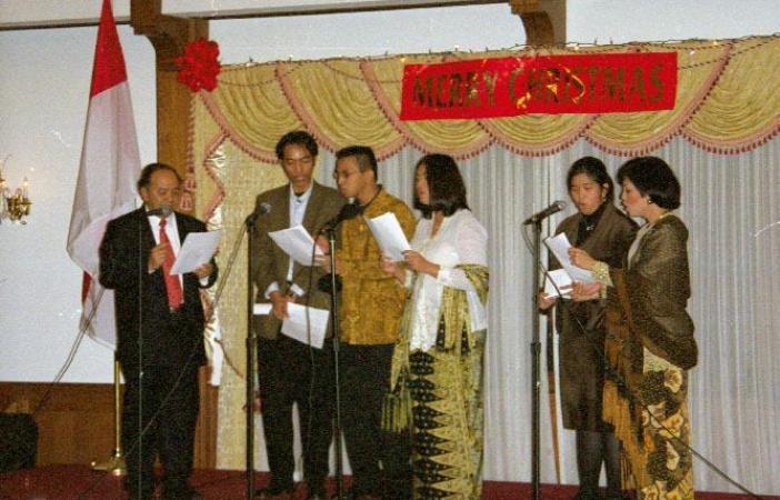Keluarga Harinowo bernyanyi dalam sebuah perayaan Natal (Ist)