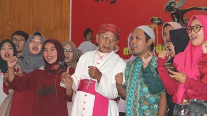 Mfr Sunarka bernyanyi bersama Kelompok Gusdurian saat Pesta Syukur Tahbisan Mgr Tri (PEN@Katolik/pcp)