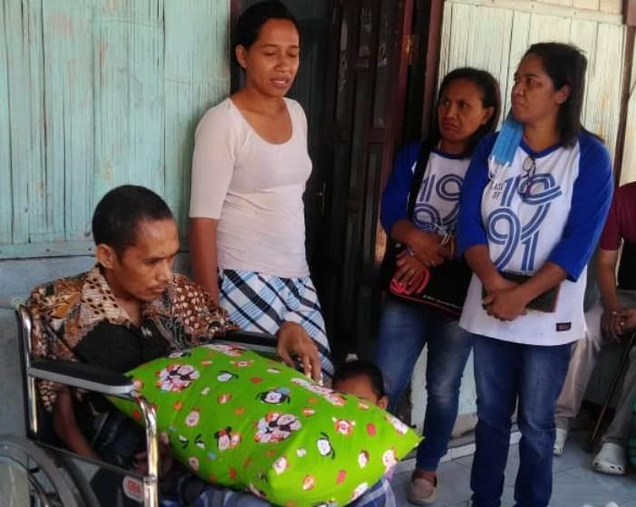 Yuven di kursi roda yang baru diberikan oleh teman-teman seangkatannya di SMP
