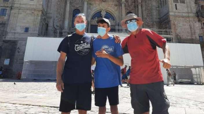 Álvaro Calvente (tengah) tiba di Santiago de Compostela 13 Juli 2020 Foto diambil dari  Twitter @CaminodeAlvaro