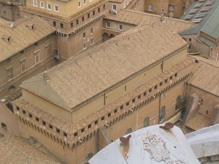 Kapel Sistina dibangun dari 1475 hingga 1481 dengan menggunakan bagian dari dinding bangunan sebelumnya yakni Capella Magna. Nama Kapel Sistina yang didedikasikan kepada Maria Diangkat ke Surga diberikan oleh Paus Sixtus IV yang memerintahkan pembangunannya