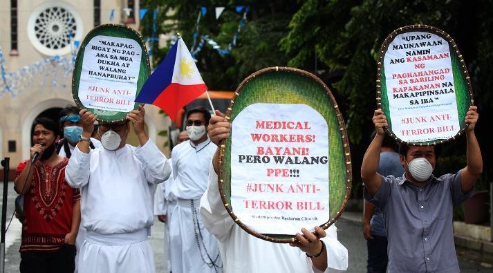 Dalam demonstrasi di luar Gereja Baclaran di Kota Parañaque 12 Juni, para misionaris Redemptoris menyerukan untuk membuang RUU anti-terorisme. FOTO DARI GEREJA BACLARAN