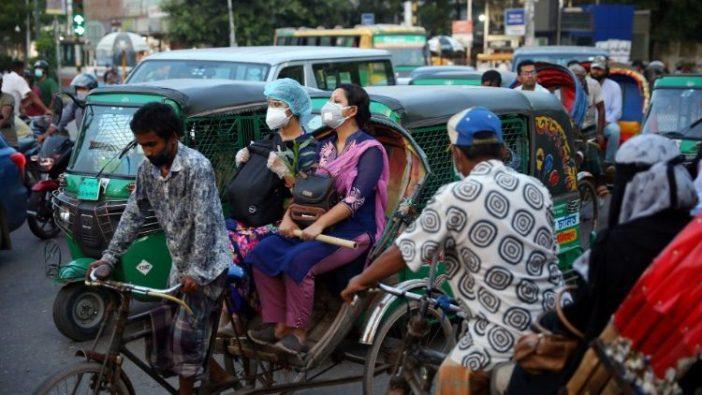 Suasana di Bangladesh. Orang mengenakan masker