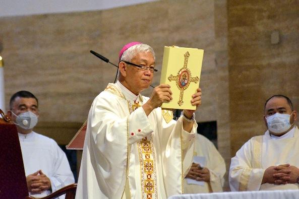 Uskup Broderick Pabillo merayakan Misa di Katedral Manila pada 19 Juni 2020. FOTO DARI KATEDRAL MANILA