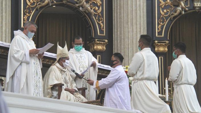 Mgr Agus menahbiskan dua diakon (PEN@ Katolik/semz)