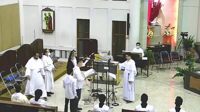Pastor bermain organ, frater dan suster bernyanyi, dan bruder menjadi putra altar.