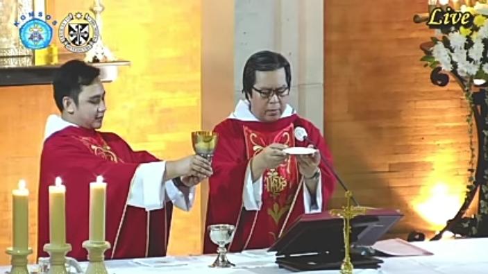 Pastor Filemon dela Cruz OP didampingi Pastor Valentinus Bayuhadi Ruseno OP