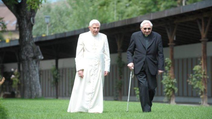 Paus emeritus Benediktus XVI bersama kakaknya George (Vatican Media)