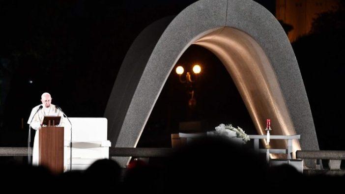 Paus Fransiskus berbicara di Taman Peringatan Perdamaian di Hiroshima dalam kunjungannya ke Jepang tahun 2019 (AFP)
