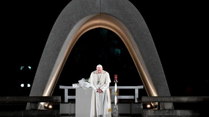 Paus Fransiskus berdoa di Tugu Peringatan Perdamaian di Hirosima (vatican Media)