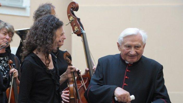 George adalah pemimpin dan dirigen koor.