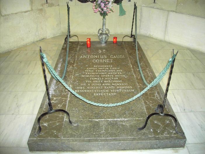Domain Publik Gaudi, seorang Katolik yang taat, dimakamkan di dalam Sagrada Familia.