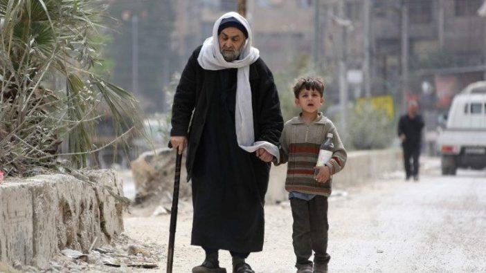 Warga sipil di bekas kota Suriah Douma di pinggiran Damaskus (AFP)