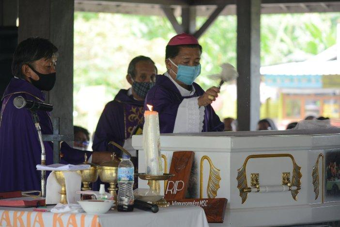 Mgr Christophorus Tri Harsono memberkati jenazah Pastor Endro