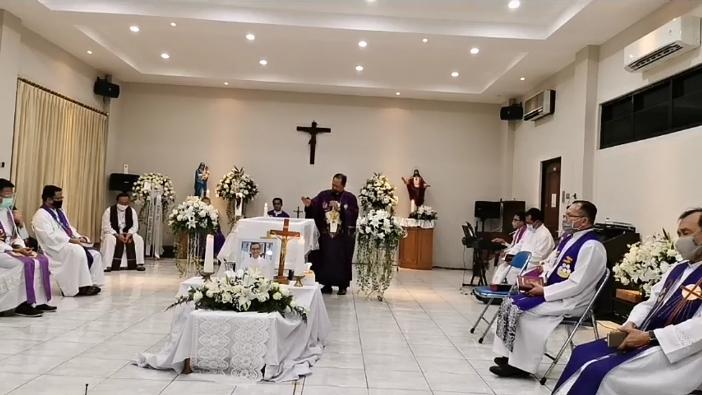 Pastor Agustinus Handoko MSC memberi homili dalam Misa Requiem