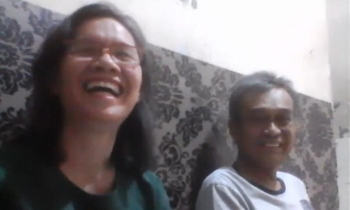 Sianturi (kanan) bersama istri