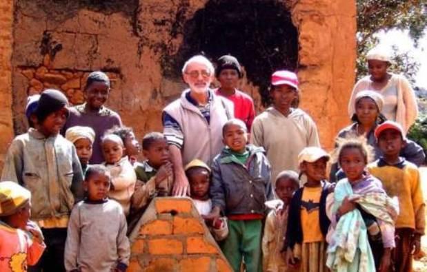 Pastor Luigi Piotto di tengah anak-anak yang dilayani