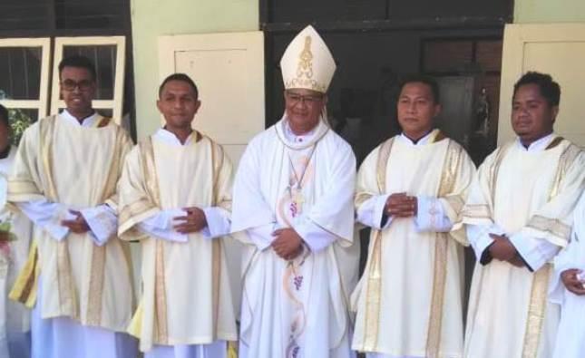 Mgr Edwal bersama empat diakon karmelit yang baru ditahbis (PEN@ Katolik/yf)