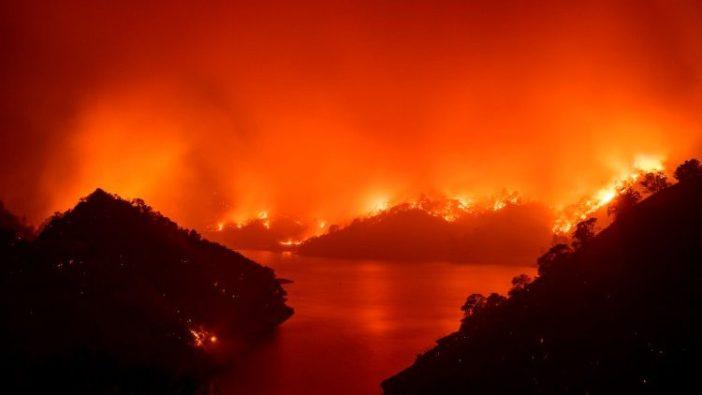Api mengelilingi Danau Berryessa di Napa, California (AFP)