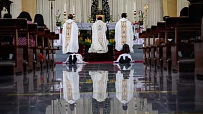 Mgr Robertus Rubiyatmoko  menahbiskan dua imam diosesan di Kapel Kapel Seminari Tinggi Kentungan Yogyakarta, 19 Agustus 2020 (semua foto dalam tulisan ini diambil secara screenshot oleh PEN@ Katolik  dari tayangan langsung oleh Komsos KAS)