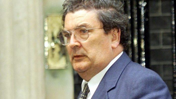 John Hume, 19 April 1998, tiba di 10 Downing Street untuk berdiskusi dengan Tony Blair, Perdana Menteri Inggris saat itu, tentang Perjanjian Damai Jumat Agung.