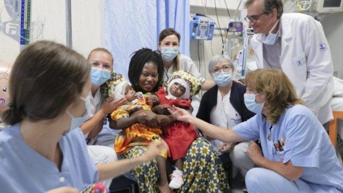 Ibu, Hermine Nzotto, dan putri-putri kembar siam yang sudah terpisah, dikelilingi oleh staf rumah sakit, 7 Juli 2020 (ANSA)