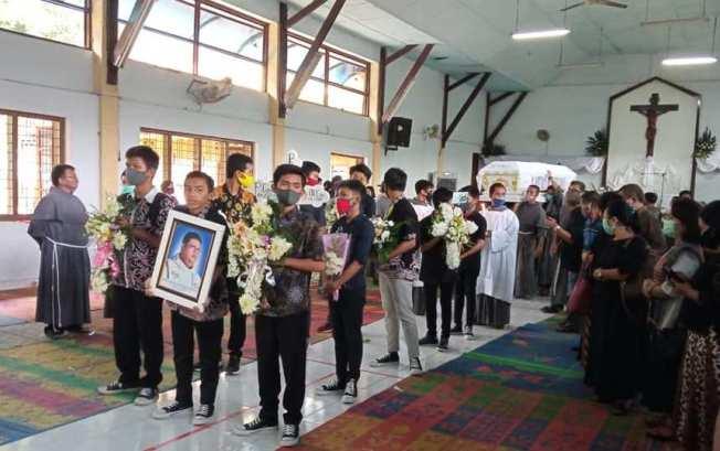 Jenazah Pastor Adi dibawa keluar dari Aula Santo Maximilianus Kolbe ke Gereja Santo Yosef Delitua untuk Mis Pemakaman (foto dari FB Valentino Siboro)