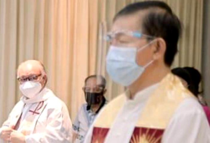 Saat Misa Syukur 60 Tahun Hidup Membiara tiga imam MSC yang dirayakan pada hari yang sama Pastor Johanis Mangkey sudah curiga melihat kondisi Pastor Sony yang kurang sekat. Ist