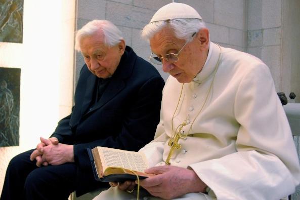 Paus Benediktus XVI berdoa bersama saudaranya Mgr Georg Ratzinger di kapel pribadinya di Vatikan. VATICAN MEDIA