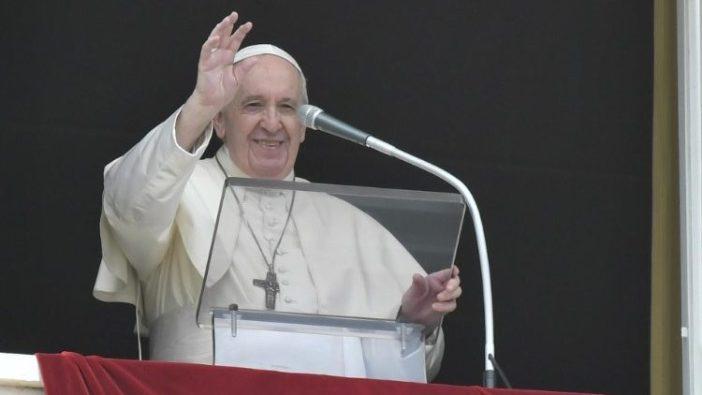 Paus Fransiskus berbicara selama Angelus dari jendela di Lapangan Santo Petrus, di Vatikan (Vatican Media)