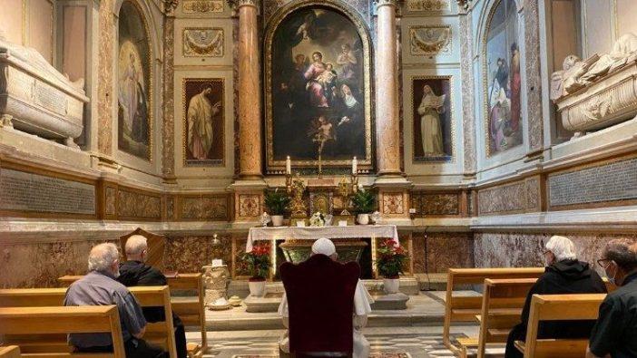 Paus Fransiskus berdoa di depan makam Santa Monika di Basilika Santo Agustinus di Campo Marzio