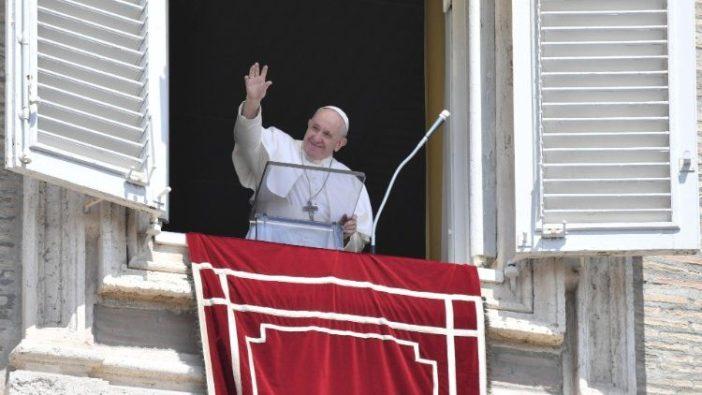 Paus melambaikan tangan kepada oang banyak di Lapangan Santo Petrus (Vatican Media)